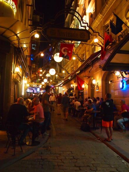 Cutting through small streets to find Dürümzade