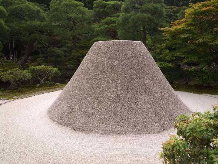 This cone of white sand is called kogetsudai. Its design reflects moonlight and intensifies the garden's beauty at night
