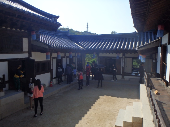 This hanok is also a replica. The original was built around 1910 and belonged to an uncle of Empress Sunjeong. Apparently they attempted to move the original hanok but felt it was too fragile.