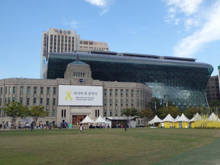 Seoul Metropolitan Library (L) and City Hall (R)