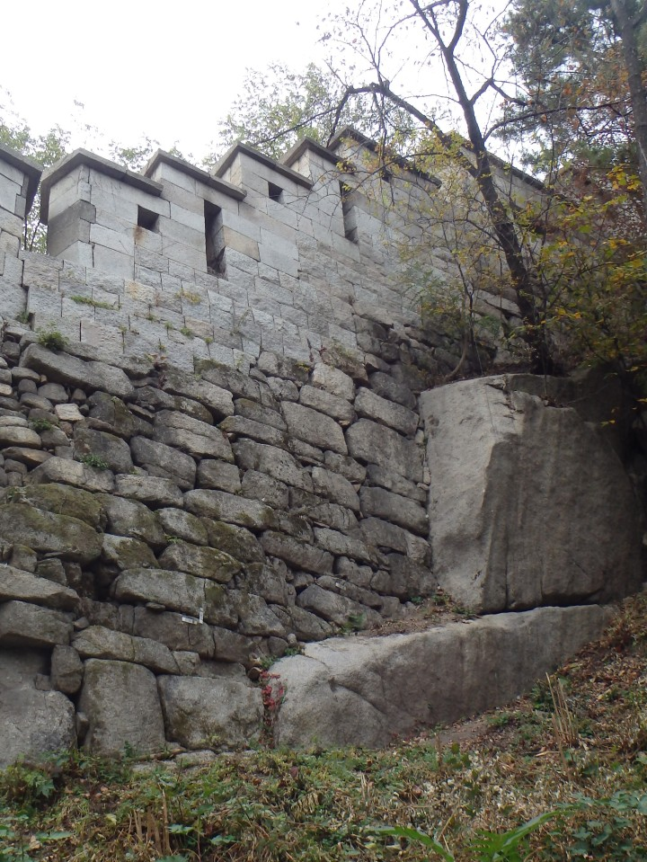 Most of the Fortress Wall that remains was constructed during the reigns of King Taejo (1396), King Sejong (1422), or King Sukjong (1704)