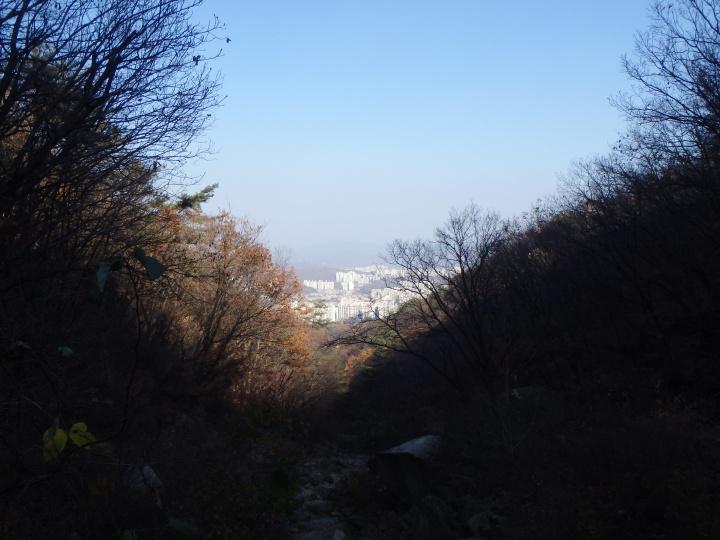 A little peak of the city below