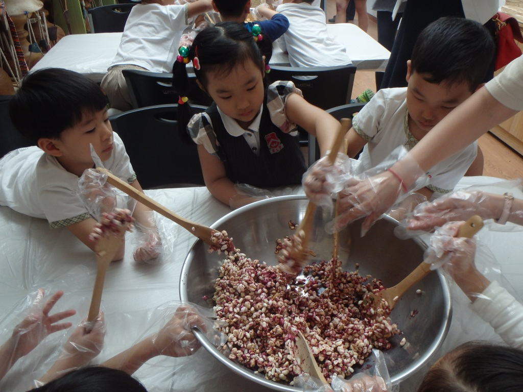 Mixing the syrup into the puffed rice mixture